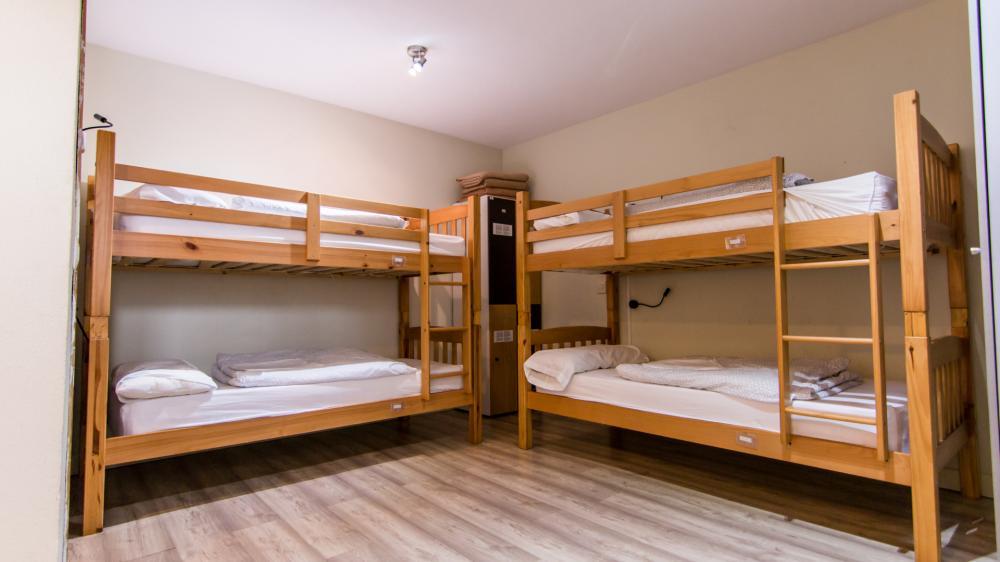 Schlafsaal mit vier Betten und Bad