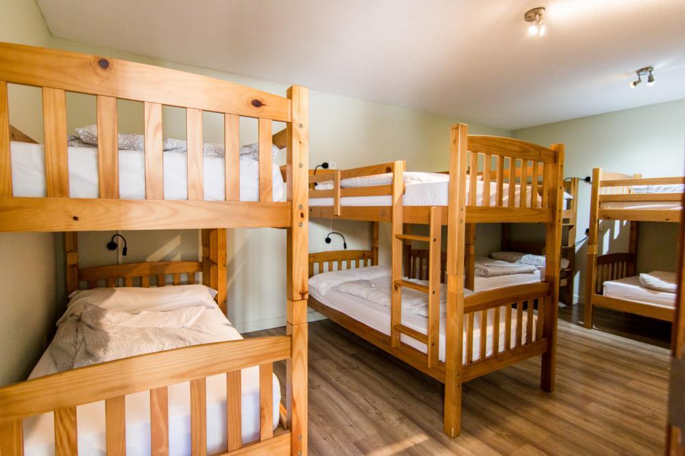 Schlafsaal mit acht Betten und Bad