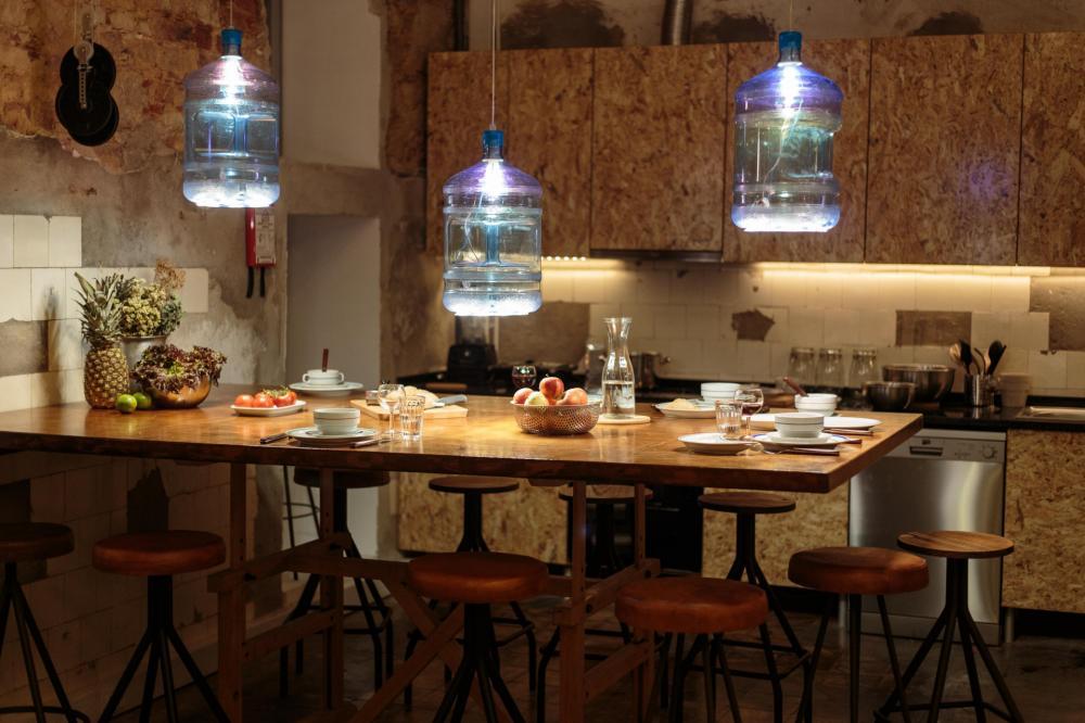 Wir verfügen über ein komplett ausgestattete Küche, die ihr rund um die Uhr nutzen könnt.