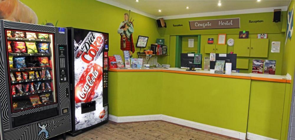 Snackautomaten gibt es neben der Rezeption, sowie einen Bereich, wo du dein  Gepäck sicher abstellen kannst