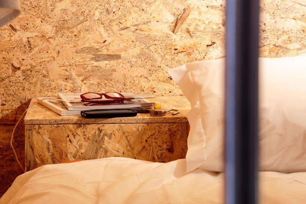 Wi-Fi, 2 Steckdosen und ein eigenes Fach mit Vorhängeschloss .