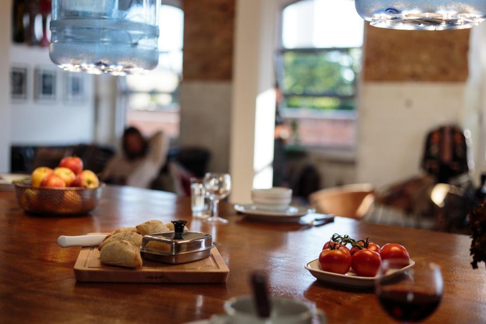 Offen verbunden mit unserer Lounge, wo ihr an einem großen Tisch gemeinsam frühstücken könnt.