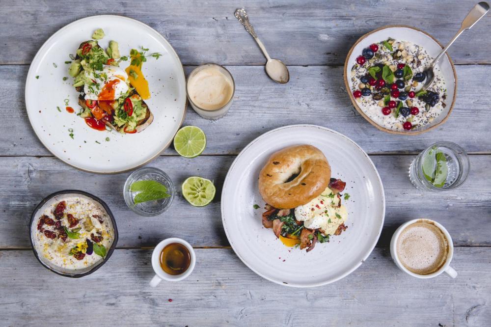 Du kannst in unserem Café Nescio, oder in der Kantine frühstücken.