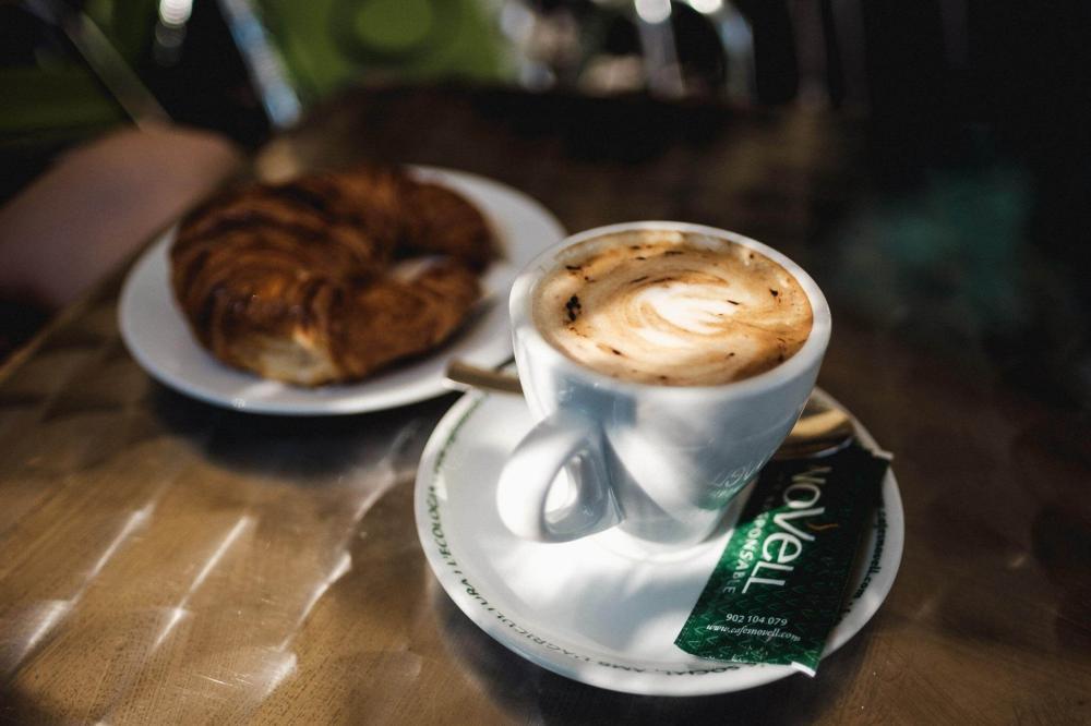 Ihr könnt zwischen Kaffee / Saft + Sandwich / Gebäck wählen