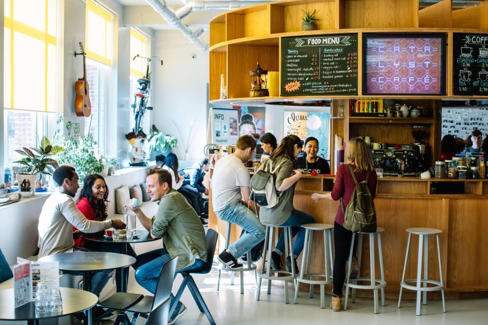 Genießen Sie einen Kaffee oder einen Snack in unserem eigenen Cafe