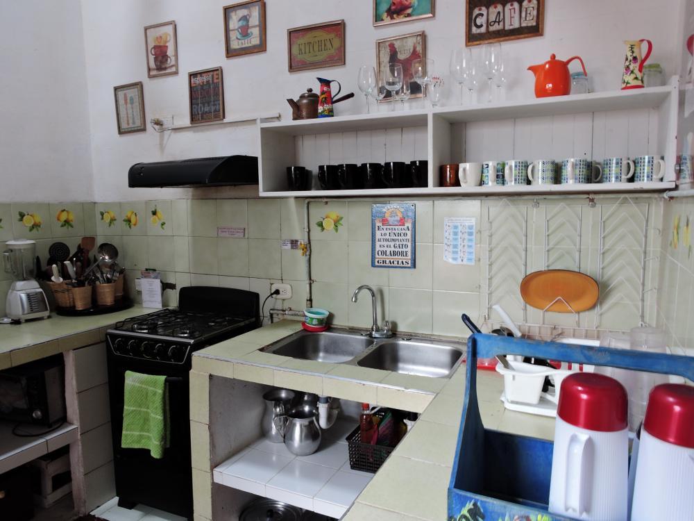 Dies ist unsere Küche, die voll für dich ausgestattet ist