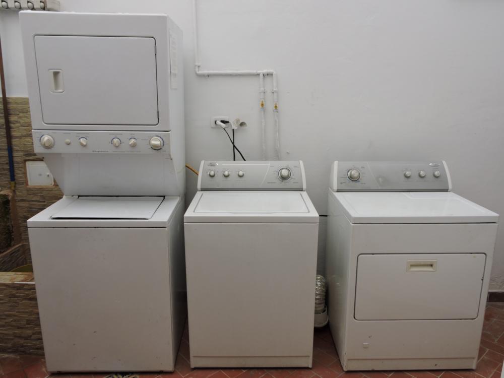 Wir bieten Wäscheservice. Der Preis ist $2 USD, oder $5000 COP pro Wäsche