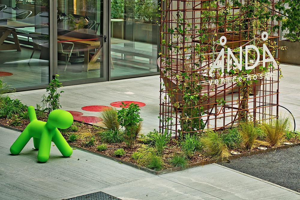 Unserer privater Garten mit Terrasse und Sitzbereich