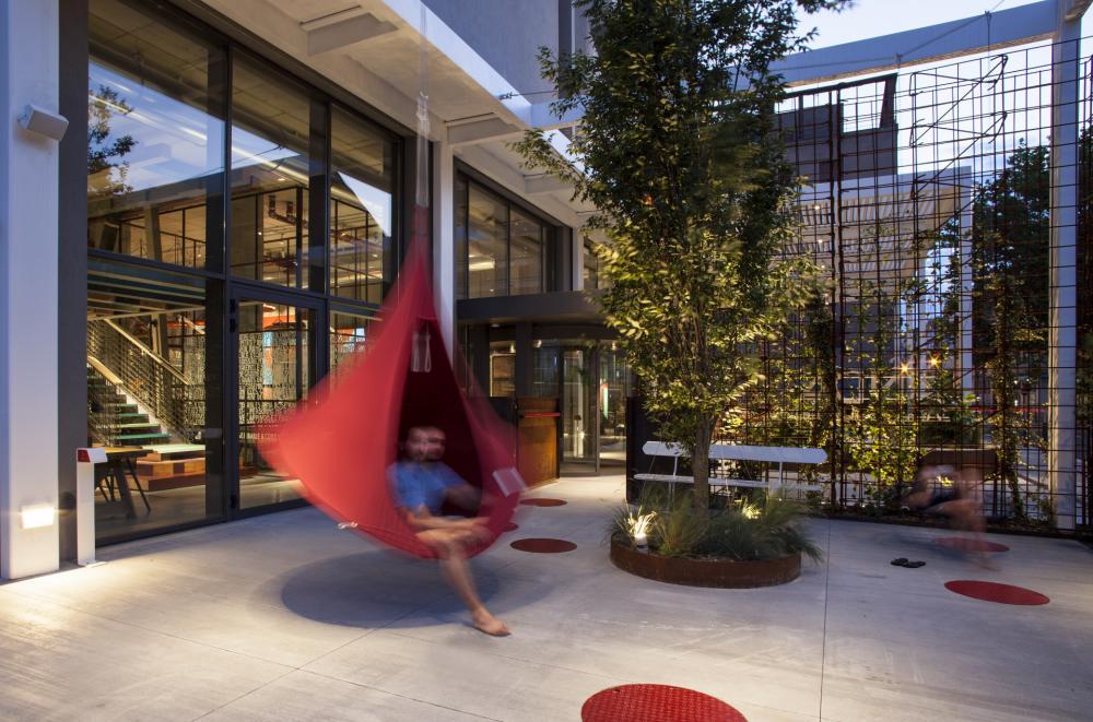 Unser urbaner Garten mit Hängestühlen