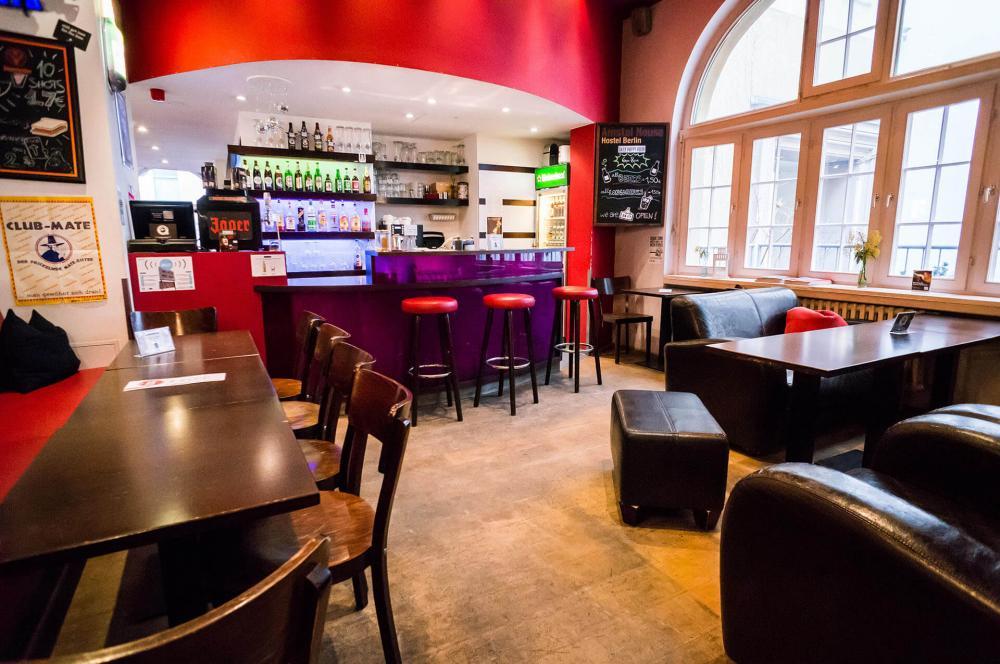 Unsere Bar im Amstel House Hostel Berlin ist rund um die Uhr besetzt