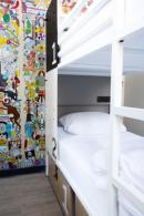 Bett im gemischten Viererzimmer